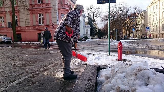 W Zielonej Górze trwa odśnieżanie deptaka. Biały puch usuwany jest nie tylko za pomocą łopat. Do akcji włączyły się pługi śnieżne.