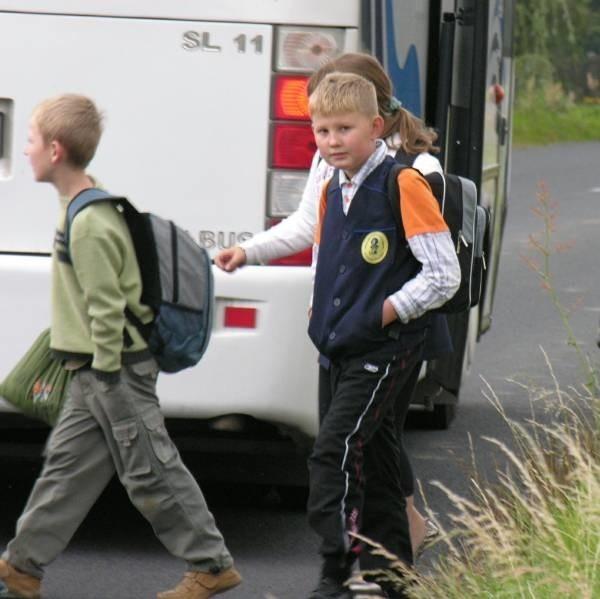 Na tym przystanku dzieci wychodzą prosto na ulicę. Wystarczy chwila nieuwagi i nieszczęście gotowe.