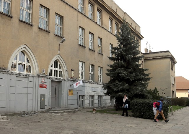 """Siedziba SP nr 5 przy ul. Łęczyckiej 5.Przy ul. Łęczyckiej (okolice Biedronki) chłopiec wracający samodzielnie do domu został zaczepiony przez obcego mężczyznę, który jechał ciemnym samochodem. Mężczyzna zatrzymał się i proponował chłopcu podwiezienie do domu. Sprawa została zgłoszona na policję"""" - tak zaczyna się komunikat przesłany, z wykorzystaniem elektronicznego dziennika, w ostatni czwartek (6 lutego) przez Szkołę Podstawową nr 5 w Łodzi do rodziców jej uczniów.Dalsza część komunikatu SP nr 5 zawiera prośby o """"uczulenie dzieci na rozmowy z nieznajomymi"""", o zgłaszanie do szkoły sygnałów o podobnych wydarzeniach oraz zachętę, aby uczniowie wracali do domu w grupach, zamiast samodzielnie.Czytaj na kolejnym slajdzie"""
