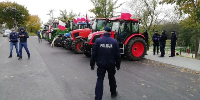 Protest rolników w Przedborzu. Jeżdżąc ciągnikami blokowali m. in. DK 42