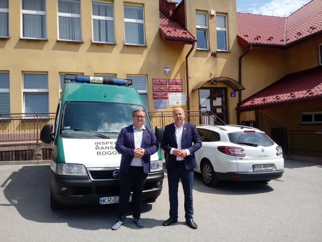 Przekazanie samochodu specjalistycznego dla gminy Jerzmanowice-Przeginia. Wójt Tomasz Gwizdała (z prawej) odebrał go od Tomasza Tomali, szefa gabinetu politycznego ministra infrastruktury.