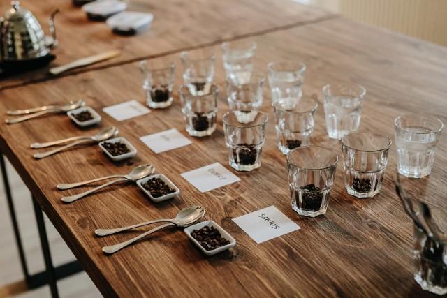 Cup tasting, czyli cupping, oznacza degustację i porównanie różnych rodzajów kawy.