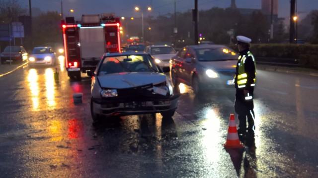 Dziś po południu przy ul. Bernardyńskiej na wysokości ul. Floriana w Bydgoszczy doszło do wypadku. Zderzyły się ze sobą dwa samochody, jedna osoba jest poszkodowana.W tamtym rejonie tworzyły się korki.wypadekNa miejscu pracowali policja, straż pożarna i pogotowie.Pogoda na dzień (19.10.2016) | KUJAWSKO-POMORSKIETVN Meteo Active(JPL)