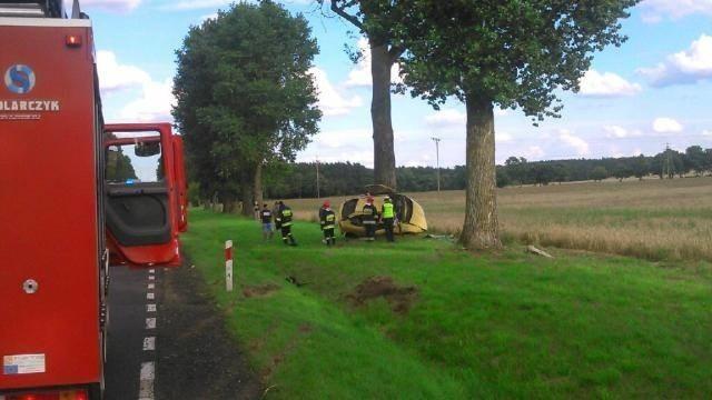 Wypadek pod Przytoczną. Auto osobowe uderzyło w drzewo.