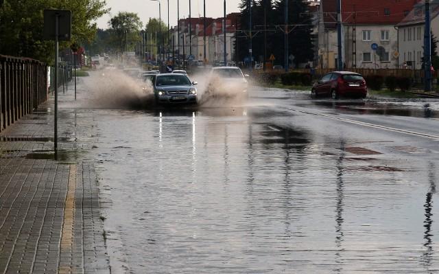 Około godziny 16:30 nad dzielnicami Rządz i Strzemięcin przeszła krótkotrwała nawałnic z obfitymi opadami deszczu. Wkrótce po tym problemy z przejechaniem ulicy Chełmińskiej mieli kierujący samochodami osobowymi, ponieważ jezdnia przypominała rwący potok.