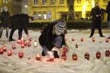 Poznań: Zapalili wielkie serce dla Pawła Adamowicza na placu Wolności