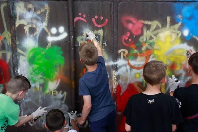 Jakiś czas temu dzieciaki z Bydgoszczy w ramach akcji reagowania na ksenofobię zamalowywały skutecznie (!) symbole rasistowskie