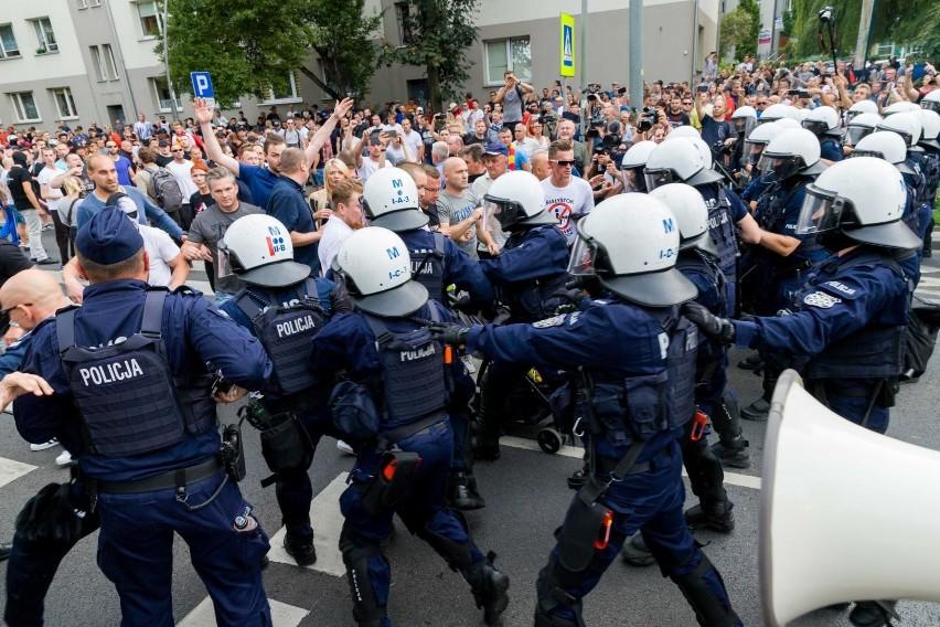 W związku z zajściami przed i po marszu równości, już ponad sto osób zostało ukaranych mandatami za blokowanie legalnego zgromadzenia. Kilka osób wciąż czeka na proces ws. stosowaniem przemocy, naruszenia nietykalności cielesnej policjantów i kierowania gróźb karanych
