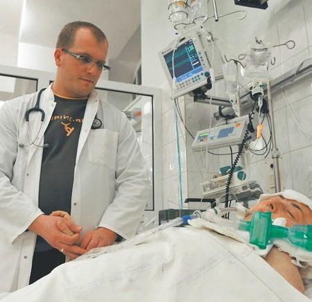 Bartosz Kudliński miał dyżur i wiedział, że pacjentka z którą jest na zdjęciu za kilka dni odejdzie na TAMTĄ stronę... Nie mógł jej pomóc...