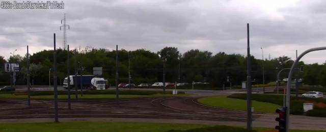 Policja opublikowała film pokazujący kierowcę cysterny, który jedzie pod prąd na rondzie Starołęka w Poznaniu. Nagranie zarejestrował monitoring.