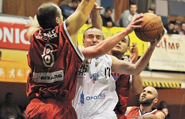 - O losach meczu zadecyduje dyspozycja dnia - mówi zawodnik Pogoni Tomasz Madziar (z piłką).