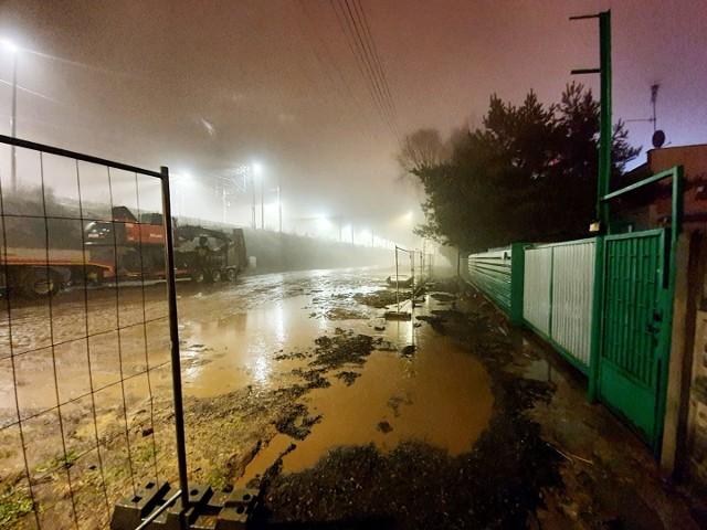 Efekt wieczornej wizytacji radnych osiedlowych na ul. św. Wawrzyńca - rozkopana ulica, brak możliwości przejścia, a po ulewnym deszczu - stojąca pod wodą...
