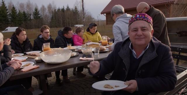 Robert Makłowicz z wizytą na Podlasiu. Gotował tatarskie przysmaki i opowiedział historię Kruszynian
