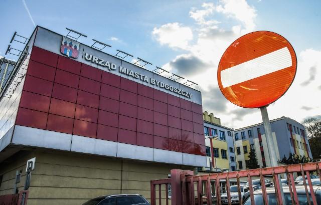 Urząd Miasta Bydgoszczy jest niemal pozbawiony barier architektonicznych, które utrudniałyby osobom niepełnosprawnym skorzystanie z jego usług.