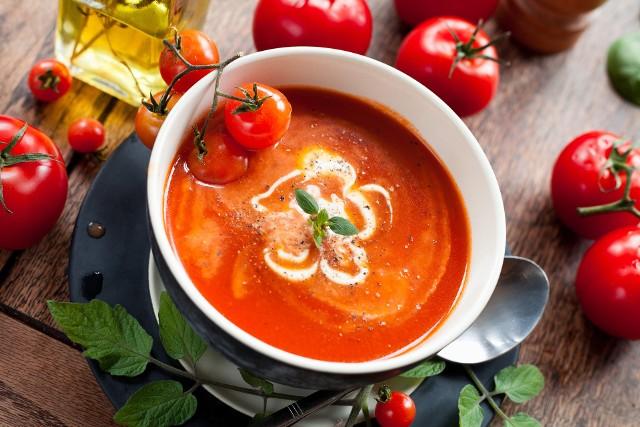 Pyszna, kremowa zupa z sezonowych pomidorów z delikatnym pikantnym akcentem. Można ją jeść na ciepło i na zimno. Najlepiej smakuje ze świeżymi listkami bazylii. Dodaj jej odrobinę nowoczesności. Wystarczy jeden składnik – dip śmietanowy crème fraiche.