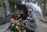 Opole. Obchody Dnia Pamięci Ofiar Zbrodni Katyńskiej. Wojewoda złożył kwiaty pod Krzyżem Golgota Wschodu