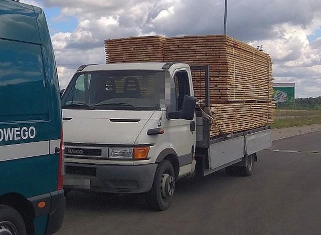 Białostoccy inspektorzy transportu drogowego zatrzymali busa, który ważył 10 700 kg