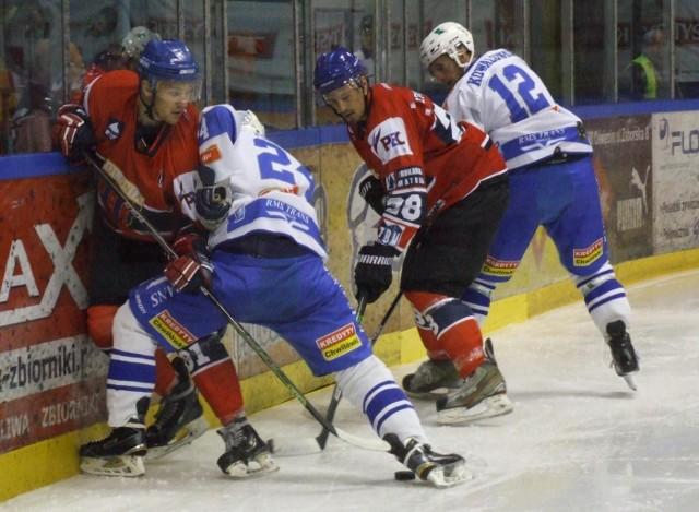 W Oświęcimiu, w meczu hokejowej ekstraklasy, Unia (białe stroje) przegrała z Polonią Bytom po dogrywce 3:4.