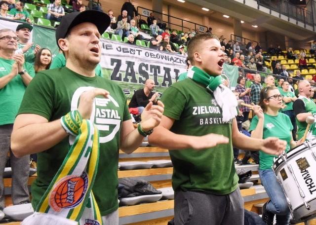 Koszykarze Stelmetu Enei BC Zielona Góra wygrali kolejny mecz w Energa Basket Lidze. Tym razem w hali CRS poległ zespół Asseco Arki Gdynia (65:87). Zobaczcie na zdjęciach, jak kibice znakomicie wspierali zielonogórskich koszykarzy w drodze do ósmego w tym sezonie zwycięstwa w lidze. RELACJA Z MECZU: Stelmet Zielona Góra bez litości dla Asseco Arki Gdynia [ZDJĘCIA]PILNE: Stelmet ma nowego koszykarza. Ostatnio grał w HiszpaniiZOBACZ TEŻ: Każda seria ma swój koniec. Lokomotiv lepszy od StelmetuPOLECAMY: King jest nagi... W hali CRS króluje Stelmet Enea BC [ZDJĘCIA]