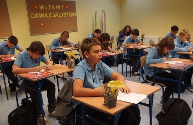 """Gimnazjaliści z """"Konarskiego"""" noszą jednolity szkolny ubiór."""
