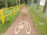 Absurd w Niesulicach! Metalowy słupek na środku ścieżki rowerowej. Czytelnik pyta: Czy musi dojść do tragedii?!