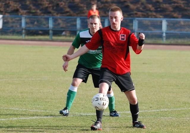 Miłosz Wawer (przy piłce) strzelił gola dla Politechniki Świętokrzyskiej w meczu z Dębem Nagłowice.