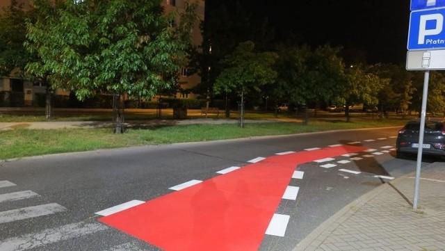 Na al. Ossolińskich wprowadzana jest nowa organizacja ruchu. Na jezdniach w obu kierunkach malowane są odrębne pasy dla rowerzystów.