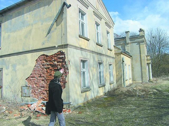 Skarpa się sypie, a właściciela nie było od dawna. Nie reaguje też na nakazy konserwatora zabytków.