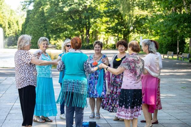 Seniorzy tańczą w Parku Planty. To ich sposób na aktywne spędzanie czasu