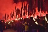Pielgrzymka narodowców na Jasną Górę. Nocny marsz z pochodniami i sprzeciw wobec tęczowej flagi ZDJĘCIA