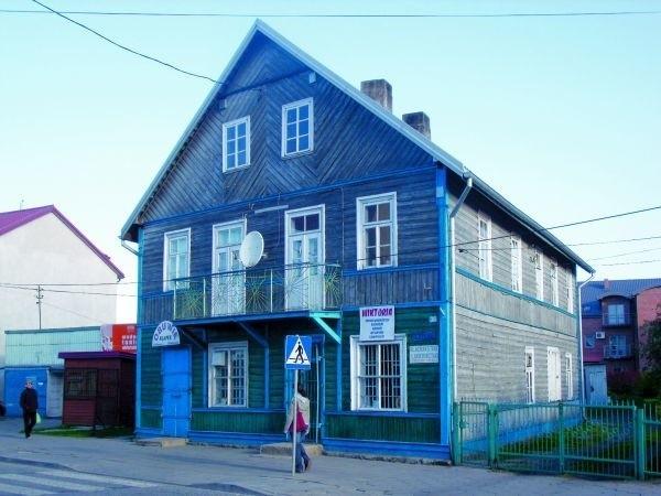 Duży, drewniany dom przy ulicy Głównej powstał zapewne na początku XX wieku. Dziś należy do najstarszych budynków w Łapach