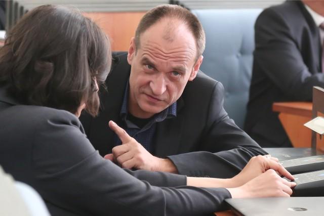 Paweł Kukiz po wygranych wyborach samorządowych zapowiedział, że dietę radnego będzie oddawał, zdanie jednak zmienił