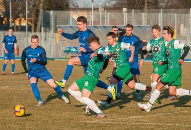 Piłkarze Olimpii Zambrów (na niebiesko) pokonali Puszczę Hajnówka aż 7:0