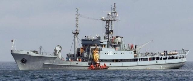 """ORP """"Lech"""" podczas akcji na morzu."""