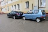 Urząd miejski w Bielsku Podlaskim. Kierowcy jeżdżą po chodniku (zdjęcia)