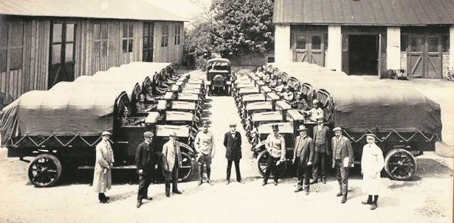 Można się domyślać, że latem 1915 roku fotograf uwiecznił moment przekazania wojsku austrowęgierskiemu pierwszej partii ciężarówek NW TL 2. Czy wśród osób na pierwszym planie jest Hans Ledwinka?