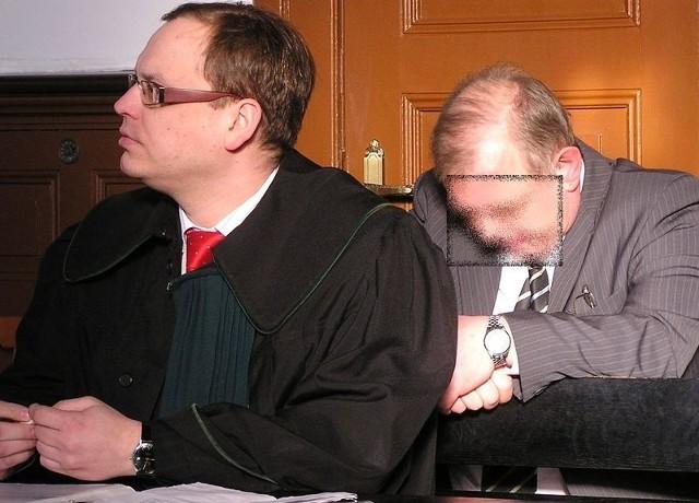 Mirosław R. (w głębi) ze swoim adwokatem podczas wczorajszej rozprawy.