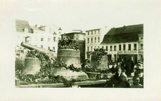 Ostatnie miesiące II wojny światowej. Na koszalińskim rynku ustawiono dzwony zdjęte z katedry. Te widoczne na fotografii zostały przetopione na potrzeby armii