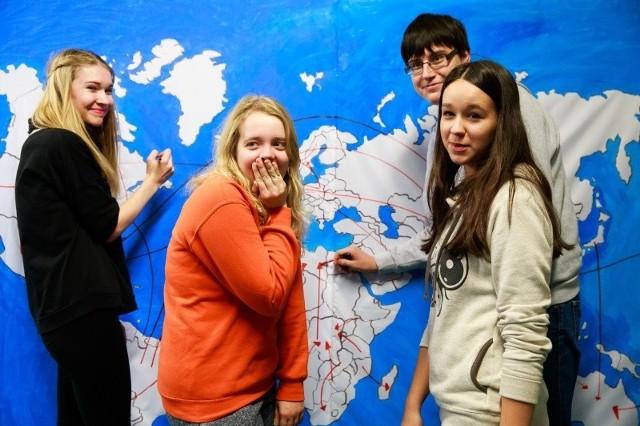 """Mieszkamy w różnych częściach globu, ale migracje to naturalna rzecz - mówi młodzież z VII LO.  Nauczyła się tego uczestnicząc w projekcie """"Inne+nasze=ciekawe""""."""
