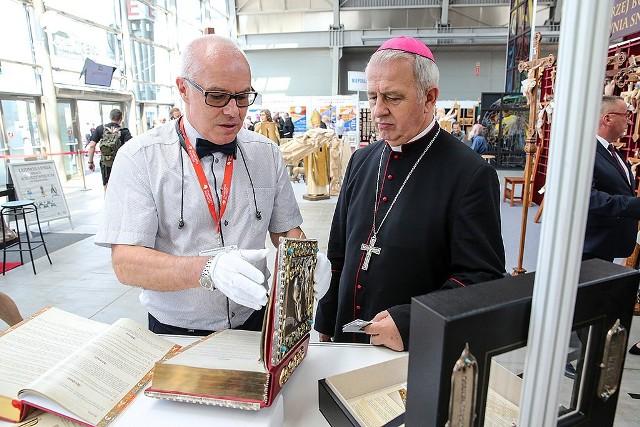 Biskup kielecki Jan Piotrowski podczas ubiegłorocznej wystawy