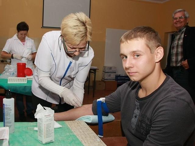 Jednym z potencjalnych dawców szpiku został wczoraj Dawid Kamiński. Krew pobrała od niego Czesława Przybylska.