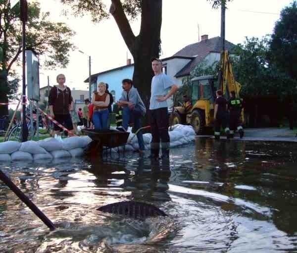 By zatrzymać wodę mieszkańcy ułożyli wzdłuż krawężników worki z piaskiem.
