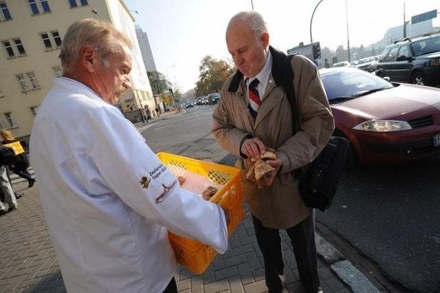 Ideą wypieku rogali było, by się nimi dzielić z uboższymi. Ta tradycja jest kontynuowana. 5 listopada, w poniedziałek, tuż po wręczeniu certyfikatów, poznańscy cukiernicy będą dzielili się rogalami