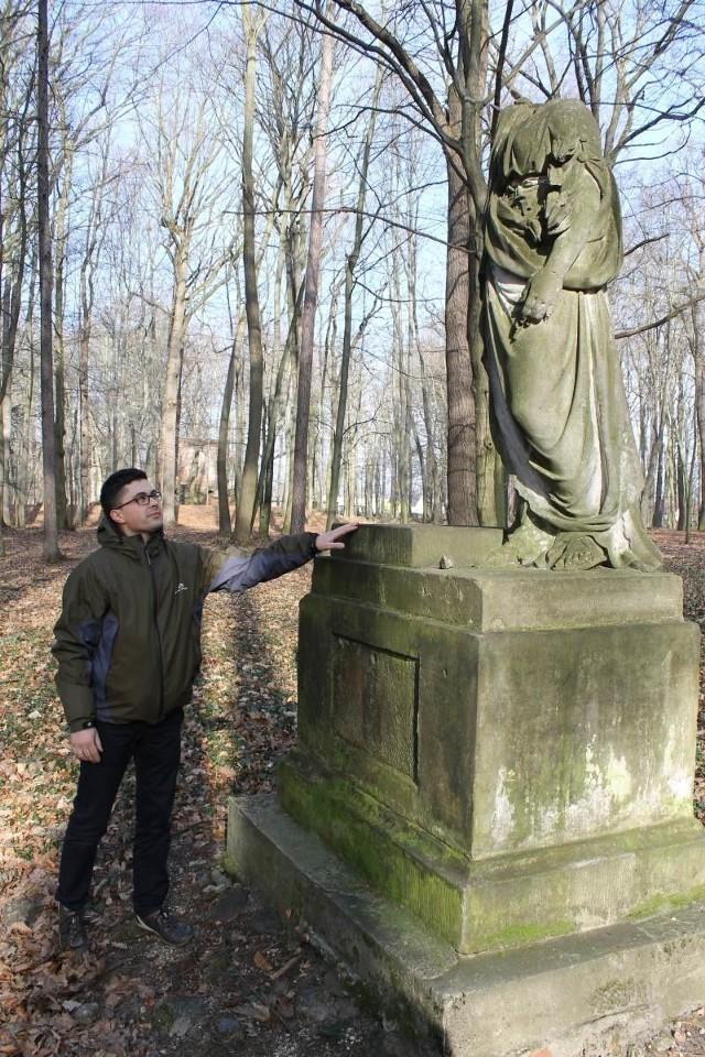 - Bogini pokoju to jedna z wielu rzeźb pozbawionych głowy - pokazuje Andrzej Pawlicki z Urzędu Gminy w Pokoju.