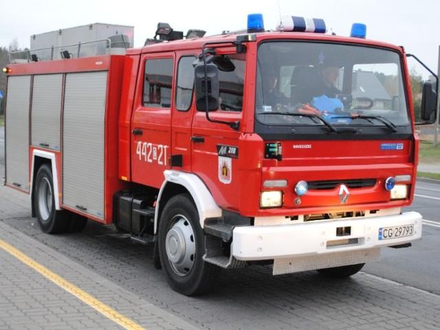 Opel corsa dachował w Rudzie pod Grudziądzem. Służby usuwały skutki kolizji blisko dwie godziny.