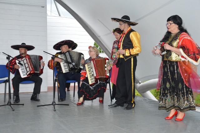 Mira Gębowiś (w środku) stworzyła wesoły zespół zachwycający muzyka i śpiewem