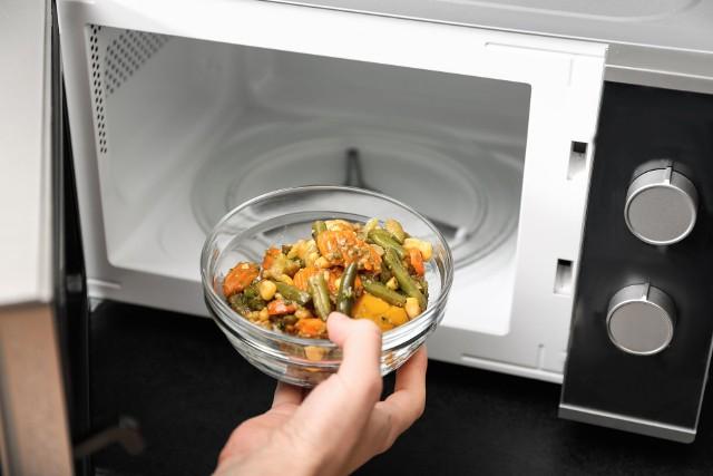Jest kilka rzeczy, których absolutnie nie wolno wkładać do mikrofali oraz produktów spożywczych, których nie powinno się podgrzewać w tym urządzeniu!