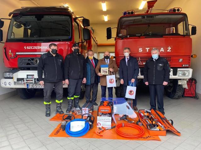 Nowy sprzęt ratowniczy dla Ochotniczej Straży Pożarnej w Sędziszowie. Druhowie otrzymali narzędzia hydrauliczne.