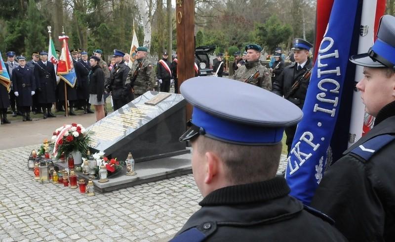Przy pomniku oraz krzyżu upamiętniającym ofiary zbrodni...