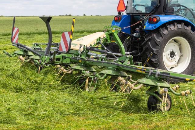 Sianokosy, sadzenie późniejszych odmian ziemniaków, zabiegi ochrony roślin, tam, gdzie jest to wskazane. Pod koniec maja na polach przekwitają rzepaki, kłosy prezentuje już między innymi ozimy jęczmień. Częste opady utrudniają rolnikom w różnych częściach kraju zbiory traw na paszę dla bydła. Podglądamy, jak wygląda praca na wsi pod koniec maja 2021 roku. --->Polecamy też galerię: Maszyny do koszenia i zbioru traw: kosiarki, zgrabiarki, prasy, owijarki. Wideo i zdjęcia z pokazu w Ułężu zamiast targów